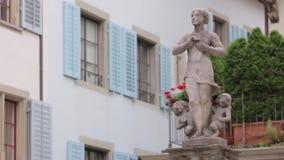 Estatua de la mujer con los niños almacen de metraje de vídeo