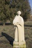 Estatua de la mujer con un agua de la jarra Foto de archivo libre de regalías
