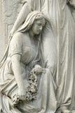 Estatua de la mujer de luto en el cementerio fotos de archivo libres de regalías