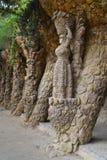 Estatua de la mujer en las gafas de sol que apoyan el viaducto del camino imagen de archivo libre de regalías