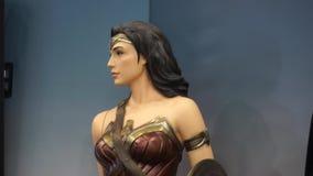 Estatua de la Mujer Maravilla de tamaño natural en Romics, el festival del International XXIII de tebeos almacen de video