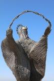 Estatua de la mujer que mira Cristo Rei lisboa Fotos de archivo libres de regalías