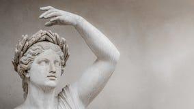 Estatua de la mujer romana sensual de la era del renacimiento en el anillo de las hojas de la bah?a, Potsdam, Alemania, detalles, fotografía de archivo libre de regalías