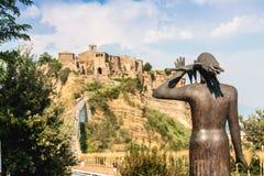 Estatua de la mujer y del pájaro que mira a Civita di Bagnoregio Foto de archivo