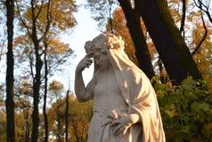 Estatua de la noche de la alegoría en la tarde fotos de archivo libres de regalías