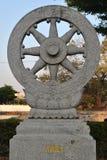 Estatua de la piedra de la rueda de Thammajak en el templo de Wat Pra Sri Mahatatu en Bangkok Tailandia Foto de archivo libre de regalías