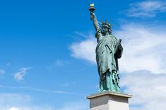 Estatua de la réplica de la libertad en París fotos de archivo