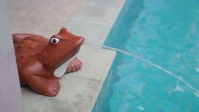 Estatua de la rana con la fuente Piscina Estatua de la rana con la fuente que llena una piscina almacen de video