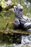 Estatua de la rana en una fuente con reflexiones en agua imágenes de archivo libres de regalías