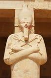Estatua de la reina Hatshepsut que rodea la entrada principal de su templo en Luxor Imágenes de archivo libres de regalías