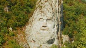 Estatua de la roca del rey de Decebalus (Decebal) por el río Danubio en un día soleado almacen de video