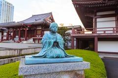 Estatua de la sacerdotisa en la capilla del templo de Zojoji, Tokio, Japón imagen de archivo libre de regalías