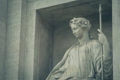 Estatua de la salubridad en la fuente del Trevi roma imagen de archivo