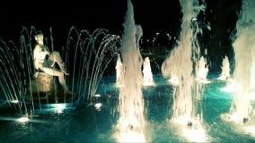 Estatua de la señora cerca del agua Fotos de archivo