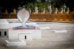 Estatua de la serpiente de la cobra en templo Fotografía de archivo