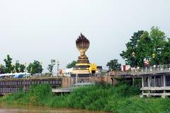 Estatua de la serpiente Siete-dirigida situada por el río Mekong imagen de archivo libre de regalías