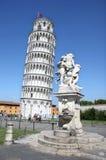Estatua de la torre inclinada cercana de los ángeles de Pisa, Italia Imagenes de archivo
