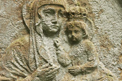 Estatua de la Virgen María con el bebé Jesus Christ en sus brazos Fotos de archivo libres de regalías