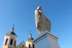 Estatua de la Virgen María y de la iglesia Imagen de archivo libre de regalías