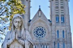 Estatua de la Virgen Mary Fronting la basílica en Guelph Foto de archivo