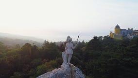Estatua de la visión aérea en el parque de palacio Pena en el pico metrajes