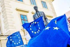 Estatua de las banderas de Tomas Garrigue Masaryk y de unión europea, Pragu Foto de archivo libre de regalías