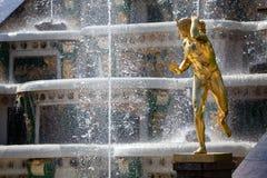 Estatua de las fuentes magníficas de la cascada Fotos de archivo libres de regalías