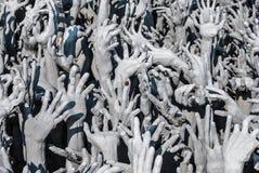 Estatua de las manos del infierno en Wat Rong Khun Wat Rong Khun es un templo blanco cerca de Chiang Rai Imagen de archivo libre de regalías