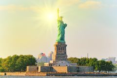 Estatua de Liberty Liberty Enlightening el mundo cerca de Nueva York imágenes de archivo libres de regalías
