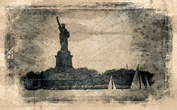 Estatua de Liberty And Sail Boats fotografía de archivo