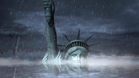 Estatua de Liberty Submerged en un lazo de la tormenta de la lluvia metrajes