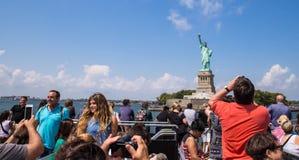 Estatua de Liberty Tourists Imagen de archivo