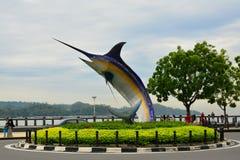 Estatua de los peces espadas en Kota Kinabalu, Malasia imagenes de archivo