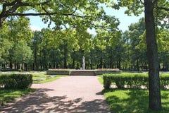 Estatua de mármol 'justicia ' Círculos grandes Parque de Pavlovsky La ciudad de Pavlovsk imagen de archivo libre de regalías