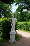 Estatua de mármol blanca en un parque del verano Foto de archivo