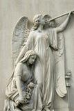 Estatua de mármol de la mujer de luto y del ángel foto de archivo libre de regalías