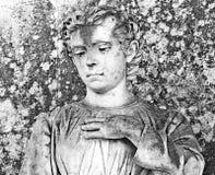 Estatua de mármol de un hombre con la expresión triste que pone su mano en su pecho de la ciudad barroca de Noto, Sicilia Imagenes de archivo