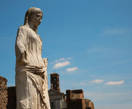 Estatua de mármol de una mujer en Roma, Italia Foto de archivo