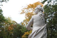 Estatua de mármol de la mujer imagenes de archivo