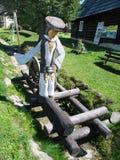Estatua de madera, Bobrova Rala en Podbiel, Eslovaquia imágenes de archivo libres de regalías