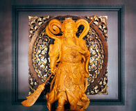 Estatua de madera china de dios de Kuan Yu con el backround cuadrado Imágenes de archivo libres de regalías