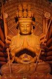 Estatua de madera de oro de Guan Yin Imagenes de archivo