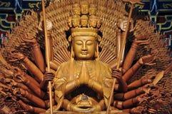 Estatua de madera de oro de Guan Yin con 1000 manos Imagen de archivo