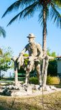Estatua de madera del productor Cuban del tabaco imagen de archivo