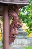 Estatua de madera del rey del Naga y de x28; Serpiente King& x29; en encuesta de madera Fotos de archivo