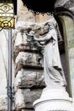 Estatua de Madonna con el niño Jesús detenido en sus brazos extendidos imagen de archivo libre de regalías