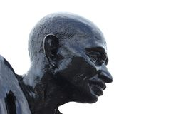 Estatua de Mahatma Gandhi en la playa de Malpe imagen de archivo