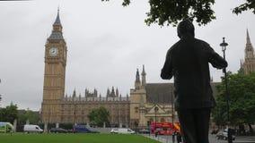 Estatua de Mandela en cuadrado del parlamento almacen de video