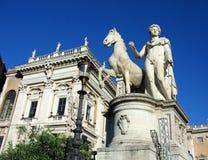 Estatua de Mark Antony y de su caballo encima de los pasos que llevan al Palatino en Roma Imagenes de archivo