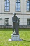 Estatua de Max Planck en Berlín imagenes de archivo